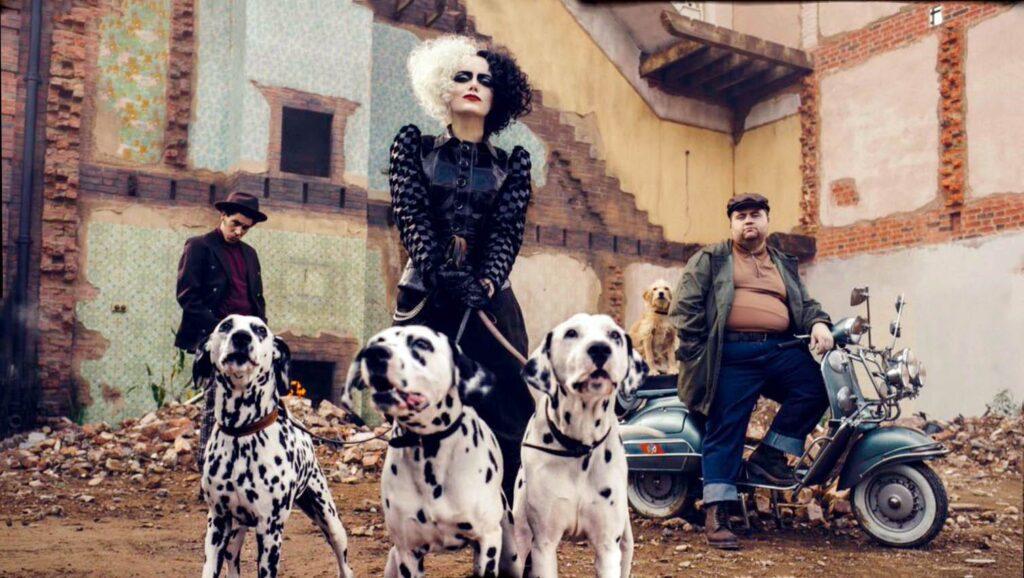 Joel Fry, Emma Stone and Paul Walter Hauser in Cruella (2021)
